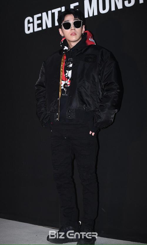 Rapper nổi tiếng Gray lựa chọn cây đen từ trang phục tới phụ kiện,
