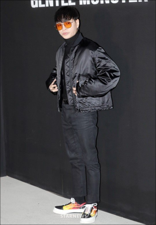 Hoàng tử hip-hop Simon D tạo dáng cool ngầu.