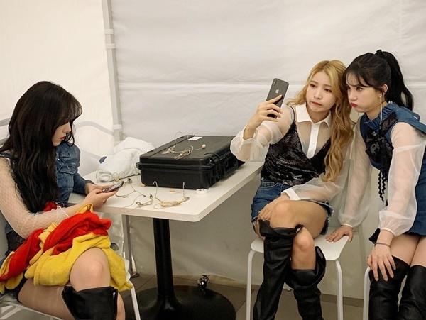 So Won và Eun Ha (G-Friend) bị bắt gặp đang phồng má làm mặt cute tự sướng, trong khi SinB dửng dưng ngồi xem điện thoại.