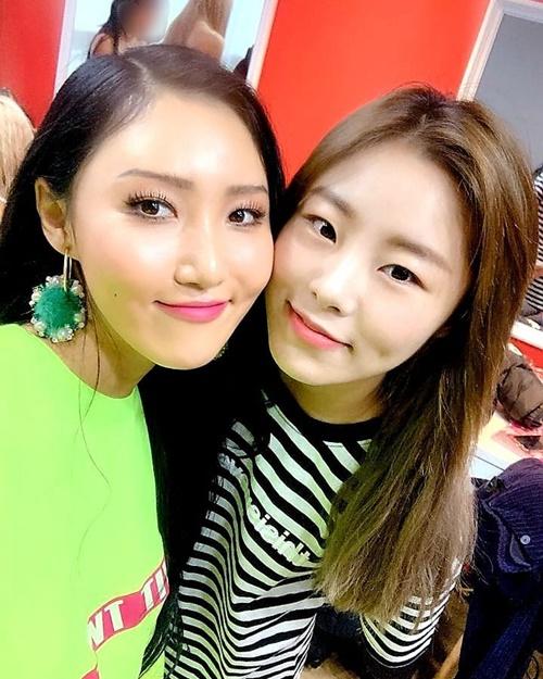 Whee In đến cổ vũ sân khấu solo của em út Hwa Sa.