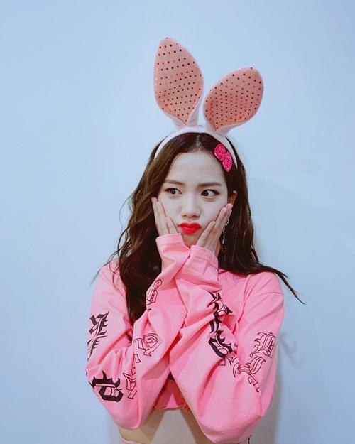 Ji Soo đeo tai thỏ, ôm má với biểu cảm dễ cưng.