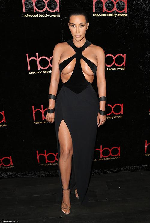 Váy áo mặc như không thách thức rét mướt của Kim 'siêu vòng ba'