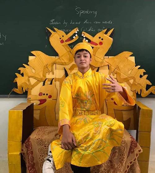 Học sinh và các giáo viên chụp ảnh với chiếc ghế đặc biệt.