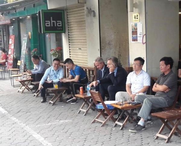 Tổng thống Argentina ngồi uống cà phê vỉa hè Hà Nội