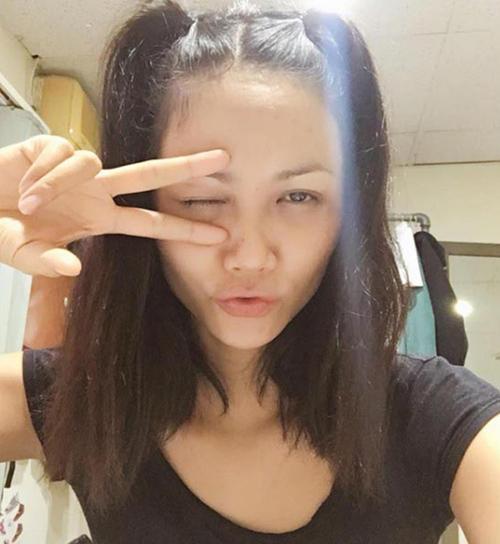 Ngay từ khi chưa đăng quang Hoa hậu Hoàn vũ Việt Nam 2017, chân dài Ê đê đã thường xuyên tung những bức hình khi lột sạch mặt nạ phấn son.