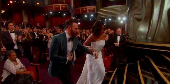 Khoảnh khắc đỡ tay nữ diễn viên Regina King đầy hào hiệp của Chris Evans.