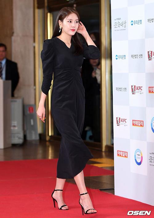 Hye Jeong (AOA) mặc đồ kín đáo nhưng vẫn đầy quyến rũ trên thảm đỏ.