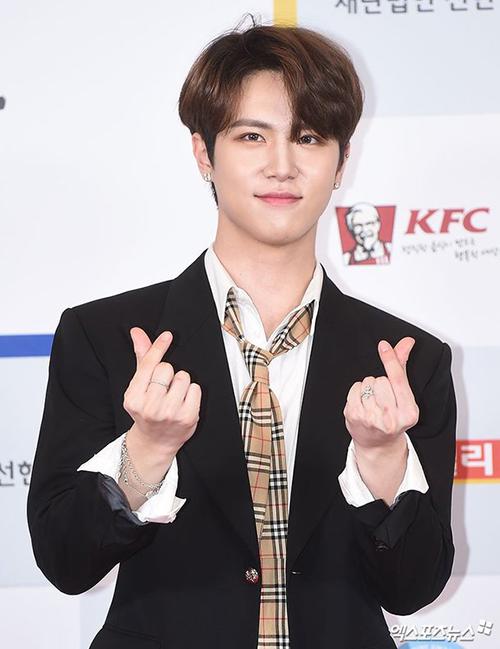 Cựuthí sinh của Produce 101 Kim Dong Han và hiện là nam ca sĩ solo tiềm năng của Kpop.