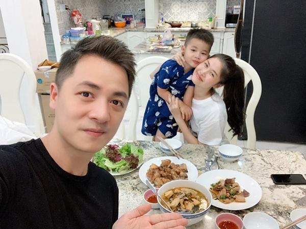 Ca sĩ Đăng Khôi cùng các con vào bếp nấu ăn cho vợ. Thùy Anh hạnh phúc chia sẻ: Đôi khi hạnh phúc chẳng cần cao sang. Mình đúng số hưởng, chồng mình nấu ăn rất ngon đấy các mẹ ạ.