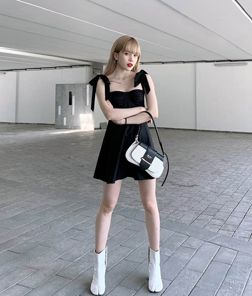 Cool ngầu mà vẫn giữ được sự nữ tính cũng là style của Thiều Bảo Trâm tuần này. Cây đồ đen trắng giúp cô nàng tôn lên làn da trắng.