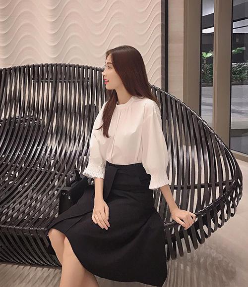 Gần chục năm sau khi đăng quang, Đặng Thu Thảo không thay đổi nhiều về phong cách.Với vóc dáng mảnh mai và vẻ đẹpmong manh, cô chuộng lối mix đồ đơn giản, thanh lịch. Công thức quen thuộc của Hoa hậu Việt Nam 2012 là áo sơ mi trắng kết hợp chân váy đen dài.