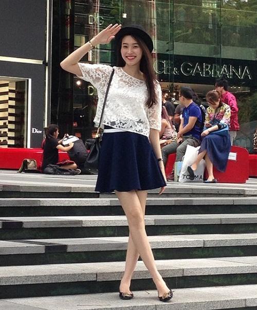 Đặng Thu Thảo thường diện váy xòe dài để che nhược điểm đôi chân gầy và hơi cong, tuy nhiên nhiều năm trước, khi còn mê phong cách xì tin hơn, Hoa hậu cũng từng thử kết hợp với chân váy xòe ngắn.