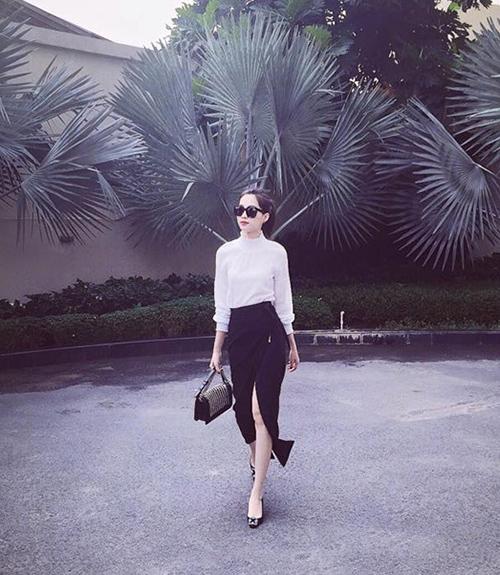Cô cũng kết hợp cùng giày cao gót và túi xách hàng hiệu.