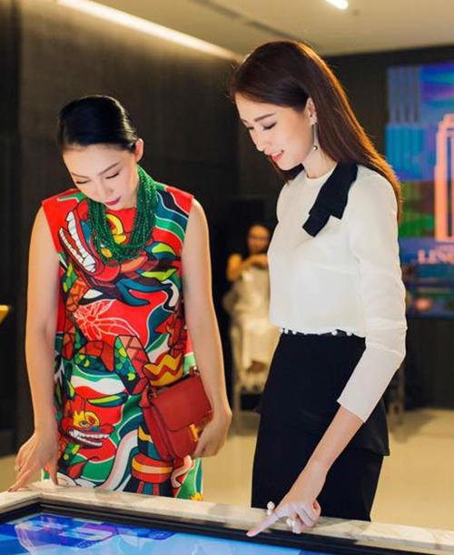 Người đẹp sở hữu bộ sưu tập sơ mi trắng nữ tính và đa dạng để mix cùng chân váy, vừa đơn giản, nhanh gọn lại đảm bảo đẹp trong mọi tình huống.