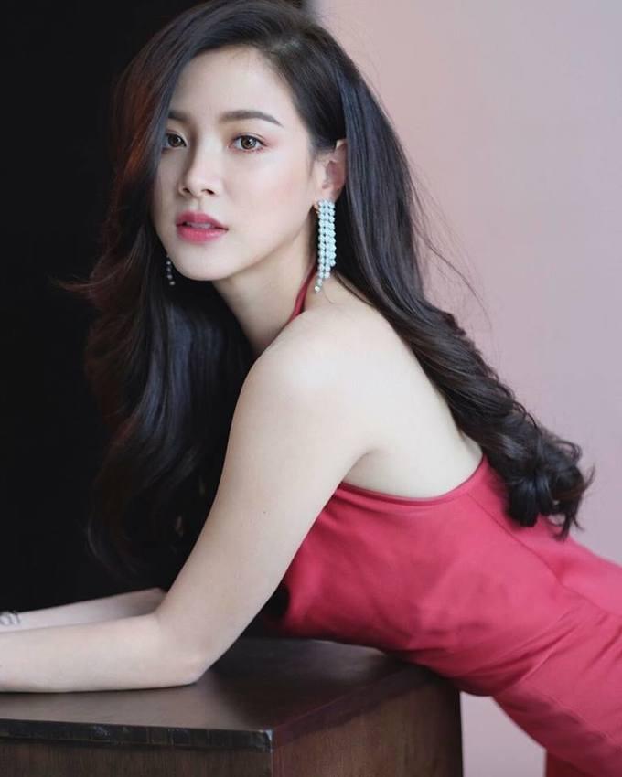 """<p> Sau khi ký hợp đồng trở thành gà nhà đài CH7 và chuyển sang đóng mảng phim truyền hình, các bộ phim của cô nàng hầu như không được đánh giá cao. Những năm đó, tên tuổi của Baifern chỉ được gắn với danh hiệu bạn thân """"ma nữ"""" Mai Davika. Đến năm 2018, nhờ bộ phim <em>Lhong Fai </em>(Ngọn lửa đam mê) và mới đây là <em>Friend Zone</em>, tên tuổi của cô nàng mới gây sốt trở lại.</p>"""