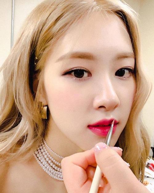 Lăng xê tích cực nhất cho màu son hồng phải kể đến Rosé (Black Pink). Làn da trắng, vẻ đẹp ngọt ngào như công chúa của cô nàng rất thích hợp với màu son tươi tắn này.