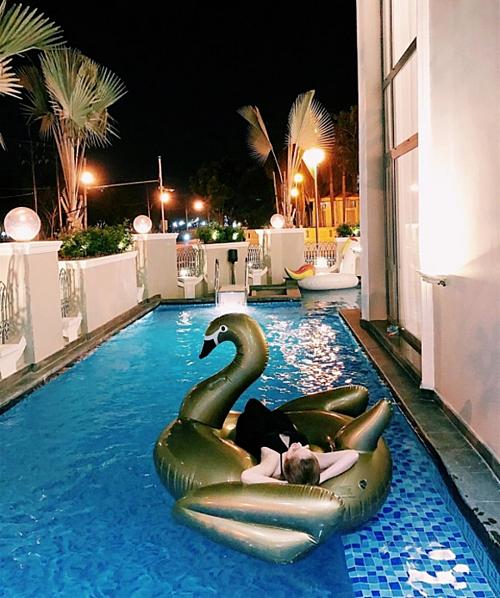 Trên sân thượng của căn biệt thự lắp đặt bể bơi để Bảo Thy nghỉ ngơi, giải trí.