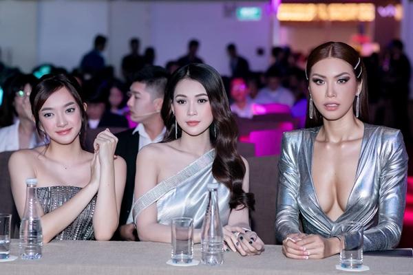 Tham dự sự kiện còn có các người đẹp của showbiz như Sam, Kaity Nguyễn. Bộ ba người đẹp khoe sắc vóc mỗi người một mẹ.
