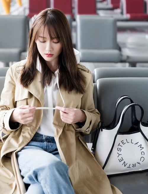Trần Kiều Ân làm tóc thẳng, cắt mái mưa cách đây không lâu. Kiểu tóc mới giúp nữ diễn viên 40 tuổi trông trẻ đẹp hơn nhiều.