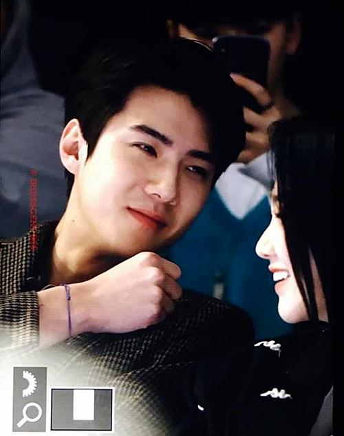 Se Hun vốn nổi tiếng là chàng trai khá ngại tiếp xúc với phái nữ nhưng anh chàng dành cho Mina ánh mắt cực tình cảm.
