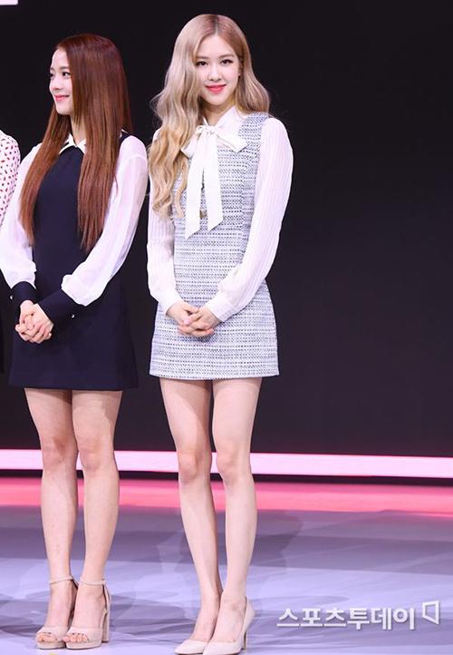 Rosé dìm hàng Ji Soo nhờ đôi chan dài, thon thả đáng ghen tỵ. Dù Black Pink rất xinh đẹp nhưng fan vẫn không hài lòng vì stylist đang quá lười biếng, hiếm khi chịu thay đổi kiểu tóc, phong cách cho các thành viên.
