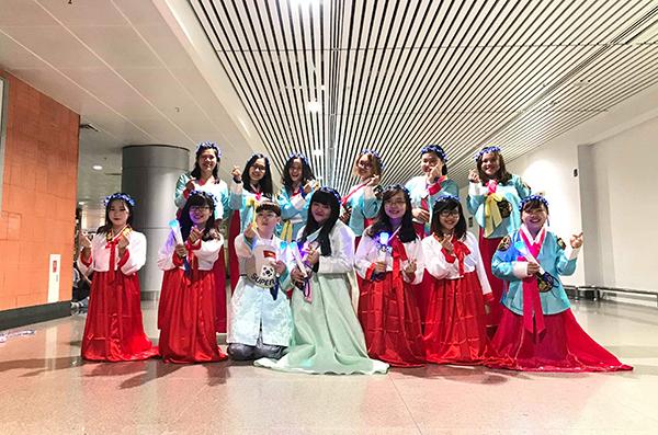Các E.L.F (fandom của Suju) đã chuẩn bị rất nhiều project để khiến nhóm bất ngờ, như mặc hanbok, áo dài màu xanh sapphire (màu fandom), thậm chí là mặc một bộ váy cô dâu gặp chồng.
