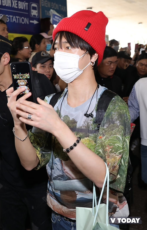 Ngay khi bước ra cổng, các thành viên Suju bị ấn tượng và liên tục dùng điện thoại để chụp ảnh và quay video biển fan.