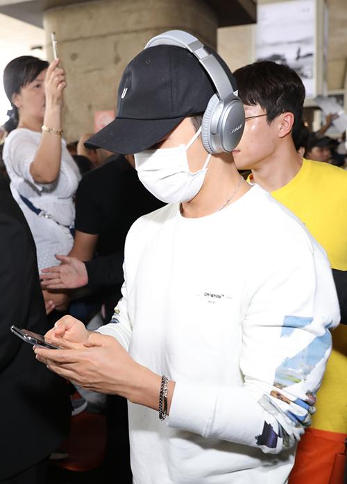 6 mỹ nam nhà SM Entertainment gồm Leeteuk, Yesung, Shindong, Eunhyuk, Donghae, Ryeowook di chuyển từ Đài Loan qua Việt Nam. Họ vừa có chuyến lưu diễn xong ở đây vào tối 28/3 và tức tốc đến TP HCM ngay.