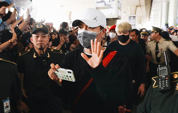 Các thành viên Super Junior đeo khẩu trang kín mít khi xuất hiện. Tuykhá mệt mỏi nhưng các chàng trai vẫn nhiệt tình chào fan.