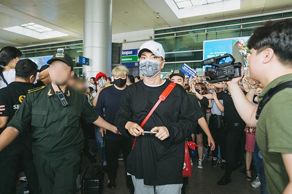 Trưa 29/3,Super Junior đáp chuyến bay tới TP HCM để tham dự sự kiện âm nhạc V Heartbeat tháng 3. Sự xuất hiện của các chàng trai giữa vòng vây fan Việt khiến sân bay Tân Sơn Nhất hỗn loạn. Từ sớm các fan đã có mặt để chào đón thần tượng.