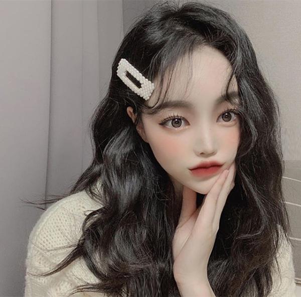 Các hot girl Hàn hiện đại đều có chung các đường nét: da trắng, mắt hai mí, bọng mắt to, mũi thẳng, cằm V-line và môi cong hình trái tim.