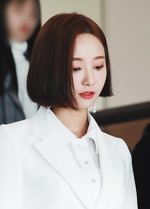 Fan khen ngợi thần thái sang chảnh của cô nàng trong mái tóc ngắn, gọi đây là quyết định sáng suốt nhất cuộc đời.
