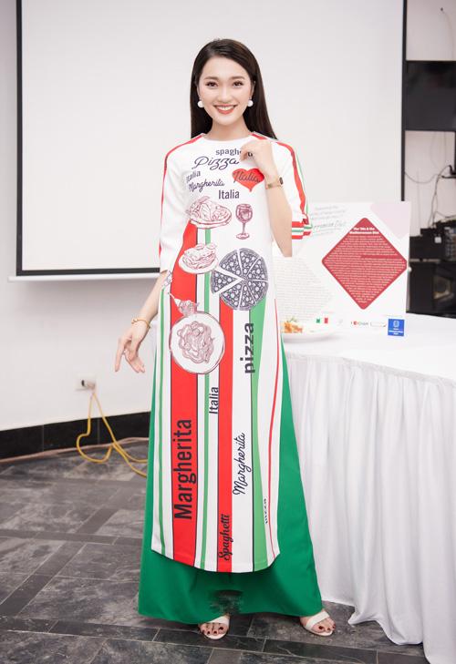 Người đẹp ảnh của Hoa hậu Hoàn vũ Việt Nam 2017 - Ngọc Nữ - diện áo dài do Ngọc Hân thiết kế đến chúc mừng đàn chị. Chiếc áo đặc biệt này được in hình ảnh và những món ăn nổi tiếng của Italy.lấy cảm hứng từ màu cờ và các món ăn nổi tiếng của Italy.