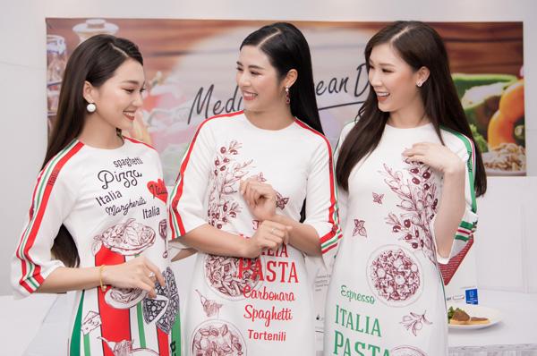 Ba người đẹp vui vẻ trò chuyện khi gặp gỡ.