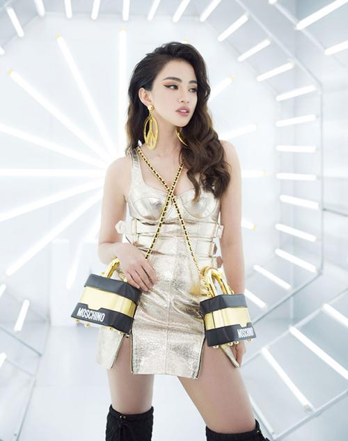 Ở Việt Nam, Thiên Nga The Face là một trong những sao Việt đầu tiên thử nghiệm mốt hai túi độc đáo. Cô nàng chịu chơi mua một lúc hai chiếc túi H&M x Moschino và diện đi sự kiện. Tuy nhiên thời điểm đó cô gây khá nhiều tranh cãi vì cách đeo túi mới mẻ này chưa thực sự vừa mắt nhiều người.
