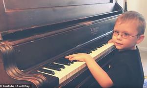 Cậu bé khiếm thị đánh piano khiến nhiều người xúc động