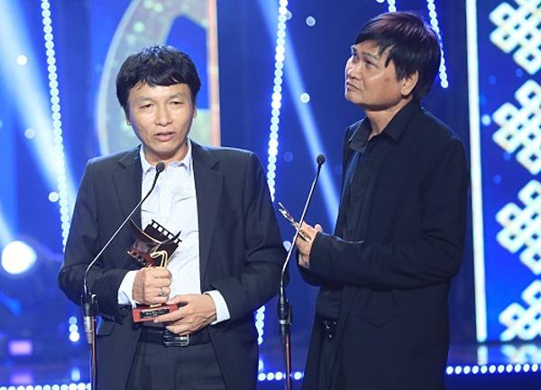 Quỳnh Búp bê vàBên kia sôngđồng giành giải Cánh diều vàng hạng mục Phim truyện truyền hình. Đạo diễn Quỳnh Búp bê - ôngMai Hồng Phong (trái) và đạo diễn Phạm Ngọc Châu của Bên kia sông cùng lên sân khấu nhận giải thưởng.
