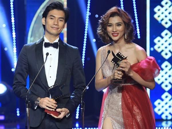 Nhan Phúc Vinh (trái) và Kim Tuyến cùng lên sân khấu nhận giải thưởng Nam chính và Nữ chính phim truyền hình xuất sắc nhất.