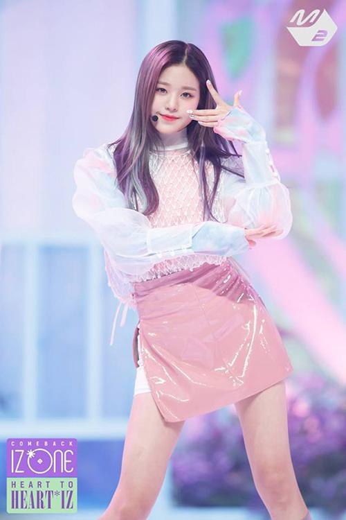 Jang Won Young nhuộm tông màu tím đúng với chủ để của ca khúc Violeta. Center của IZONE tỏa sáng rực rỡ với style ombre cầu kỳ.