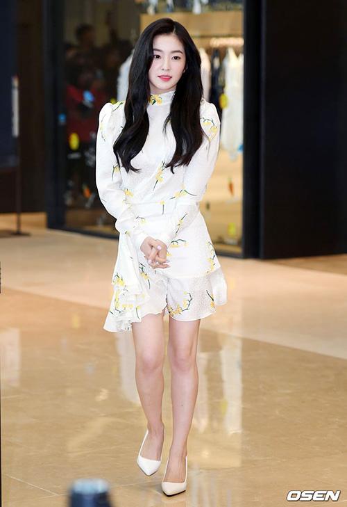 Trong sự kiện ngày 13/4, Irene xuất hiện xinh đẹp trong một thiết kế của hãng ALESSANDRA RICH có giá lên tới 35 triệu đồng.