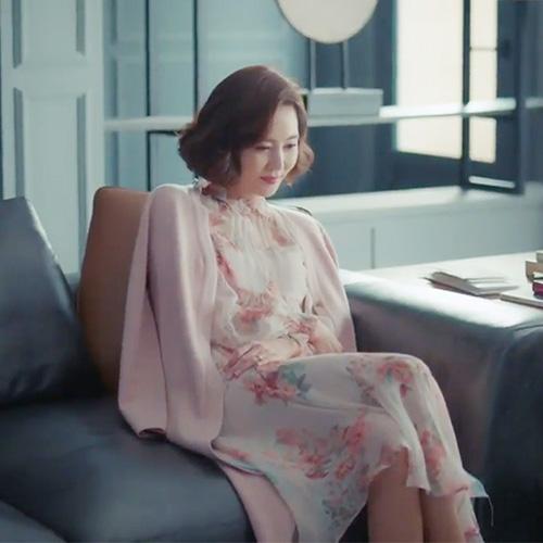 Chị đại Kim Nam Joo sang chảnh hết mức khi phối thêm áo khoác hồng. Cách khoác hờ vương giả thể hiện đẳng cấp nhưng nữ diễn viên vẫn cực kỳ nữ tính.