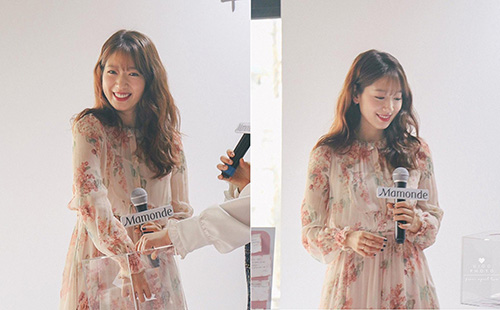 Với phần bèo nhún và họa tiết khá cầu kỳ, Park Shin Hye không thêm phụ kiện cầu kỳ, chỉ cần làm tóc xoăn nhẹ, vén nhẹ nhàng một bên cũng đủ tỏa nắng khi tham gia sự kiện.