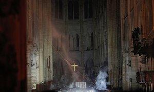 Những hình ảnh đầu tiên trong Nhà thờ Đức Bà Paris sau vụ cháy