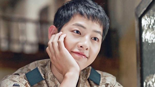 Đại diện chủ chốt trong ngành công nghiệp truyền hình Hallyu:1. Song Joong Ki (37 phiếu)2. Kim Soo Hyun (25 phiếu)3. Gong Yoo (22 phiếu)4. Park Bo Gum (21 phiếu)5. Song Hye Kyo (17 phiếu)6. Jun Ji Hyun (16 phiếu)