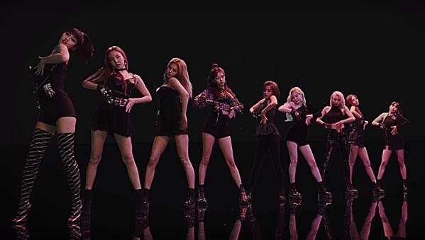 Trang phục các thành viên Twicecùng phông nền đen trong teaser Fancy...