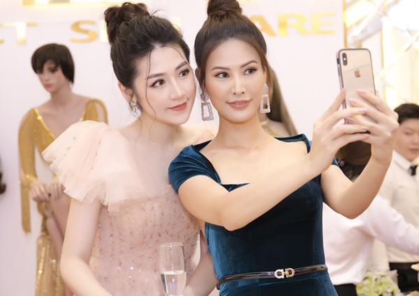 Tại sự kiện hôm qua, Á hậu Việt Nam 2012 có dịp hội ngộ và đọ sắc bên người mẫu Thanh Hoài.