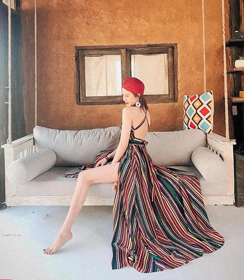 Các kiểu trang phục đang được nhiều hot girl yêu thích là croptop, áo trễ vai, quần xẻ đùi, váy hai dây, váy maxi, váy hở lưng... Những kiểu dáng này vừa đi theo tiêu chí boho phóng khoáng, lại vừa có yếu tố thời thượng nên đứng vào khung cảnh hoang sơ hay hiện đại đều hợp.