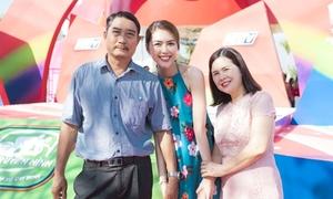 Bố mẹ 'đội nắng' đến cổ vũ Tường Linh tại sự kiện