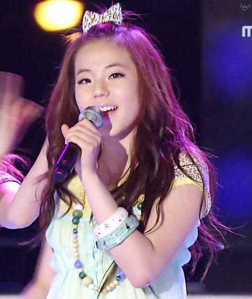 Kết hợp cùng trang phục sắc màu sặc sỡ và những động tác vũ đạo đáng yêu, các mỹ nhân Hàn trông như búp bê trên sân khấu.