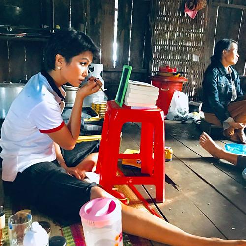 Trong quá trình chuẩn bị tham dự Miss Universe 2018, HHen Niê được đào tạo kỹ năng trang điểm kỹ lưỡng để có thể tự làm đẹp khi không có ê kíp bên cạnh. Điều này giúp tay nghề của Hoa hậu ngày càng tăng và hiện tại, cô có thể tự họa mặt mà không cần đến sự giúp đỡ của các chuyên gia.